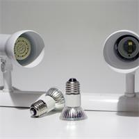 LED Strahler aus weißem Metall und E27 LED Leuchtmittel