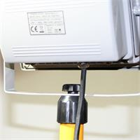 LED Flutlichtstrahler ist auf Stativ stufenlos drehbar