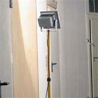 Stativ für LED Fluter mit ausklappbaren Füßen und Höhenverstellung