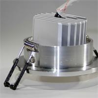 LED Leuchtmittel im hochglanz-polierten Aluminium Gehäuse mit starken Halteklammern