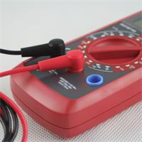 handliches Gerät zum Messen von Spannung, Strom und Widerstand
