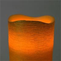 LED Wachskerze verbreitet einen romantischen Lichtschein
