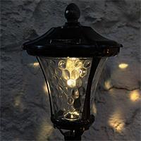 Solar LED Wegeleuchte Antik leuchtet in der Dämmerung