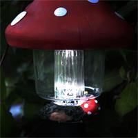 Solar LED Wegeleuchte Pilz leuchtet in der Dämmerung