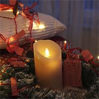 Warmweiß leuchtende Kerze mit Echtwachsmantel