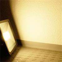 LED Außenstrahler Slim mit unglaublichen 3600lm Lichtstrom und der Leuchtfarbe warm-weiß