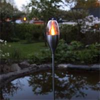 dekoratives LED Gartenlicht im Design einer Gartenfackel