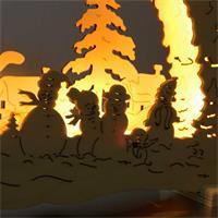Warmweiß leuchtende Fensterdeko aus Holz