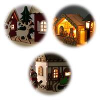 Warmweiß beleuchtete und mit vielen Details versehene Weihnachtshäuser