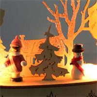 Warmweiß beleuchteter LED-Fensterbogen aus Holz