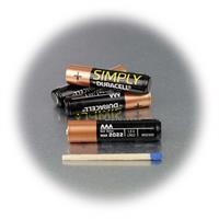 Duracell AAA Markenbatterie im Größenvergleich