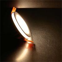 Warmweißer LED Einbaustrahler mit seitlichem Lichtkranz