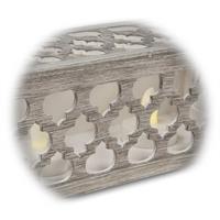 dekorativer Holzrahmen mit filigranen Motiven bestückt mit LED Teelichtern