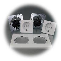 Mattweiße Unterputz-Doppelsteckdose MILOS mit Rahmen
