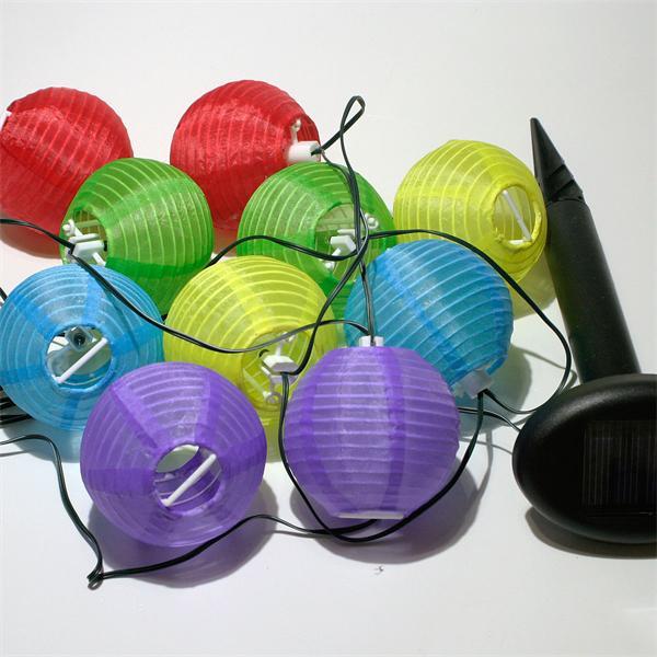 Die Lampion-Lichterkette bringt Farbtupfer in Ihre Außen-Deko