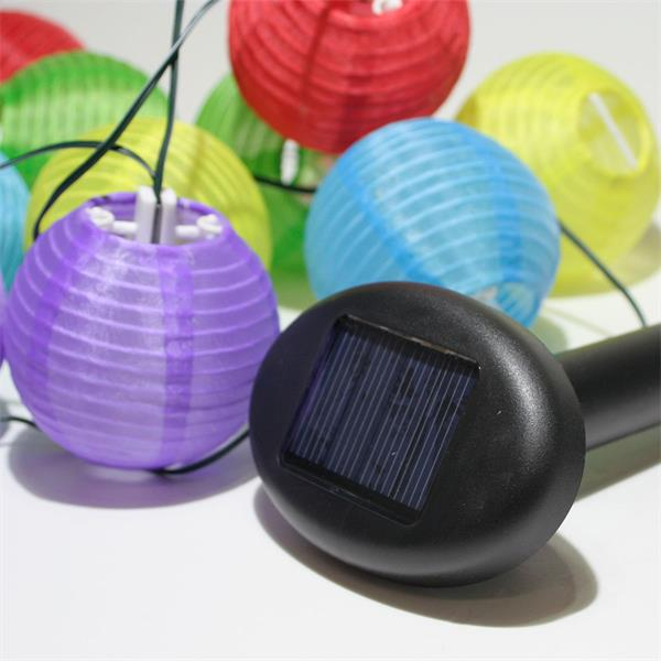Solarbetriebene Lichterkette mit bunten Mini-Lampions