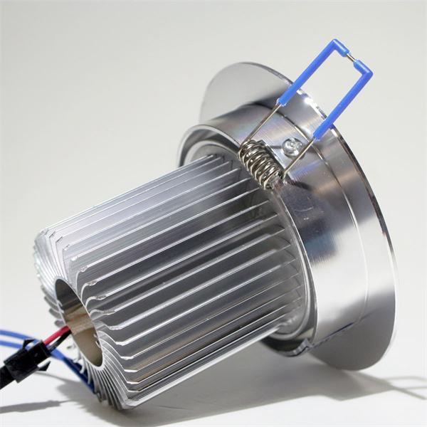 230V LED Leuchtmittel in einem Aluminiumgehäuse silber eloxiert mit Kühlrippen