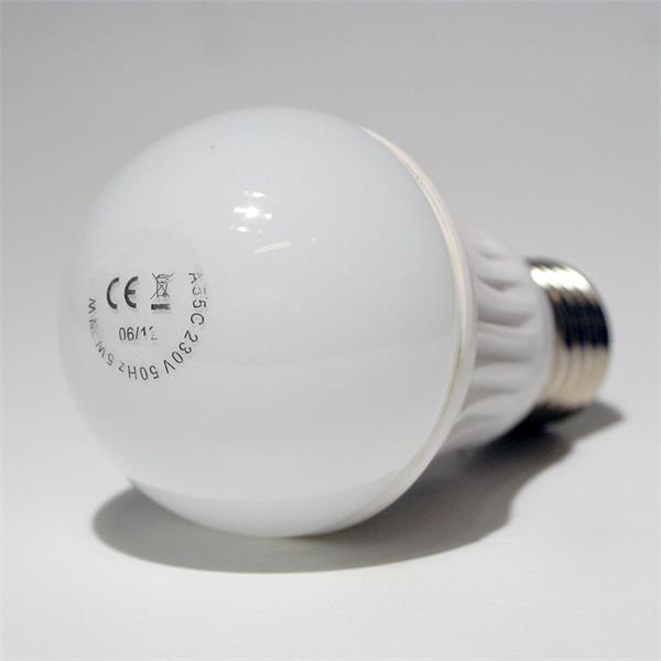 LED Glühbirne mit dem Maß 55x105mm und elegantem Keramiksockel