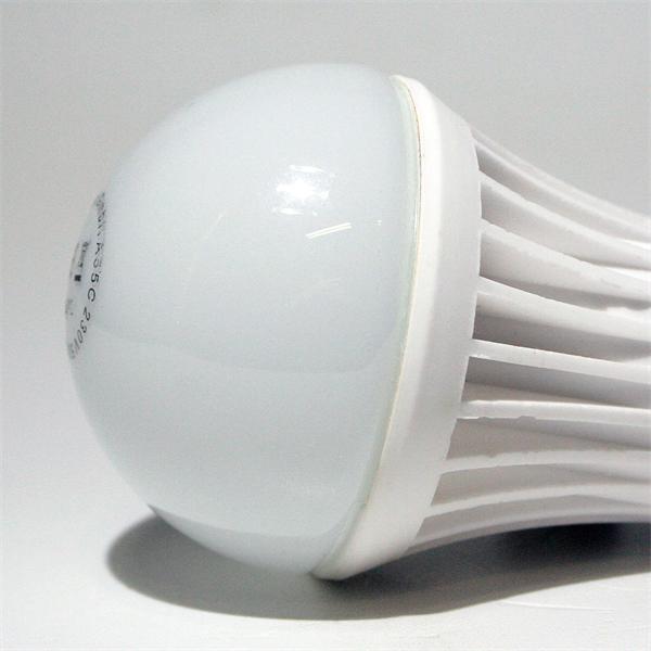 LED Energiesparlampe  Sockel E27 für 230V und nur ca. 5W Verbrauch