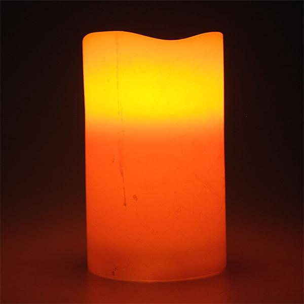 LED Weihnachtskerze imitiert eine natürliche Flamme
