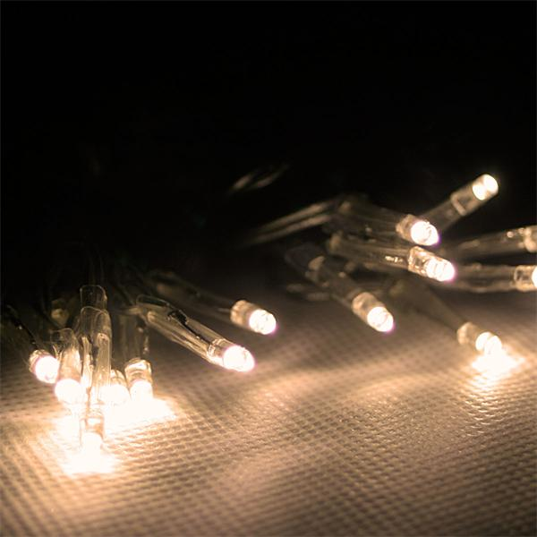 Warmweiß-leuchtende LED-Lichterkette mit Timer