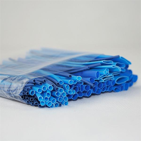 blauer Schrumpfschlauch im Set für kleine Reparaturarbeiten