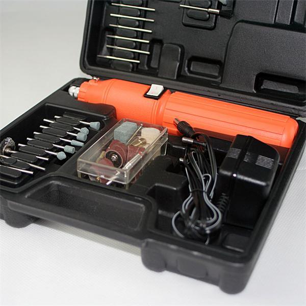 Multifunktionswerkzeug mit umfangreichen Zubehörteilen im Koffer