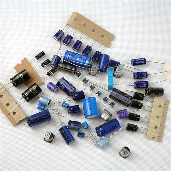 Sortiment von Kondensatoren mit verschiedenen Typen und Ausführungen