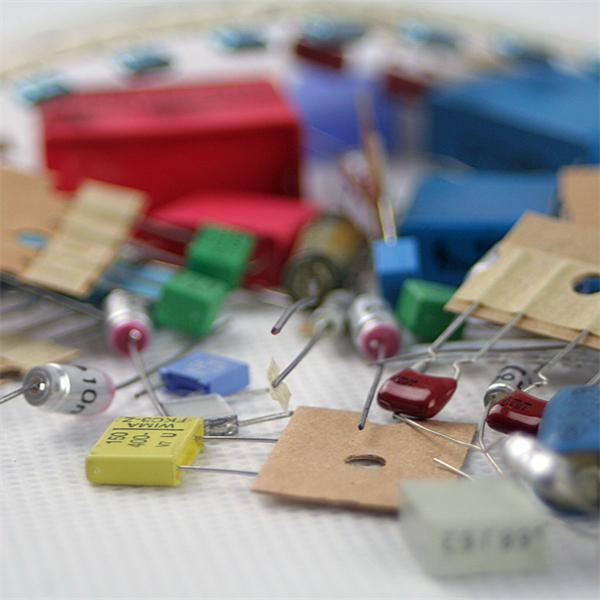 100 unterschiedliche Kondensatoren im unsortierten Set