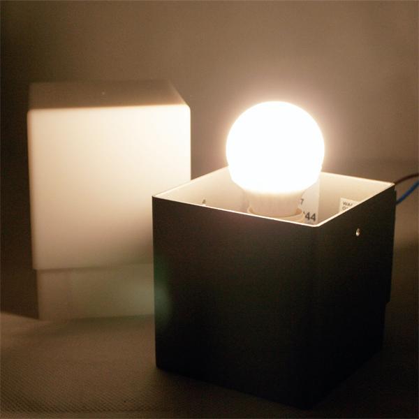 LED Wandstrahler mit einseitig vertikal abstrahlendem Licht