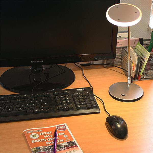 230V LED Tischlampe mit ca. 220 Lumen ganzflächig leuchtetem Lampenkopf