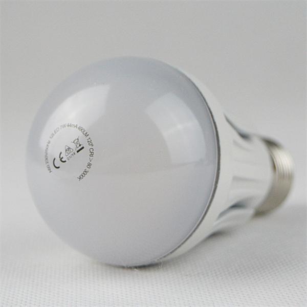 LED Glühbirne kostengünstig mit dem Maß 60x113mm und futuristischen Design