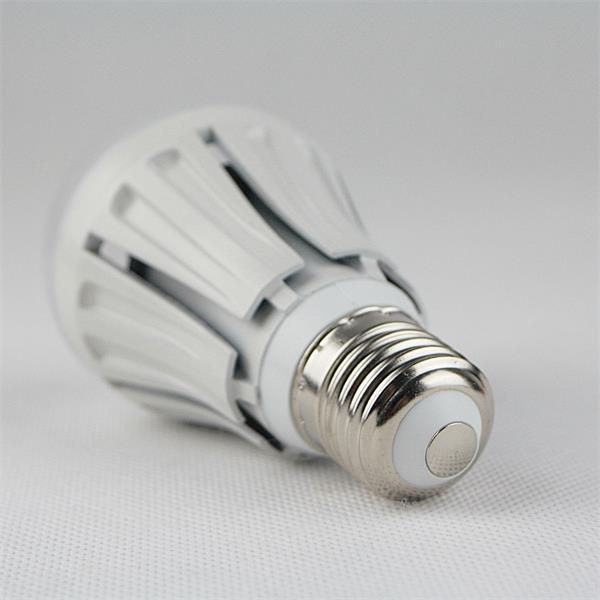 LED Strahler Sockel E27 für 230V und nur ca. 7W Verbrauch