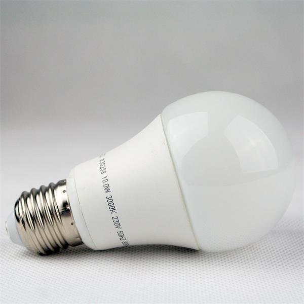 LED Energiesparlampe mit elegantem Keramiksockel