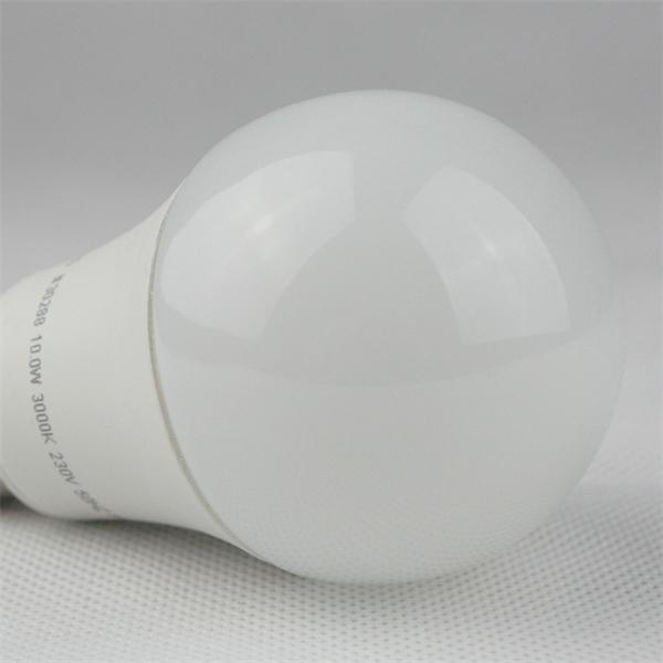LED Glühbirne mit dem Maß 60x112mm ersetzt eine herkömmliche 60W Glühbirne