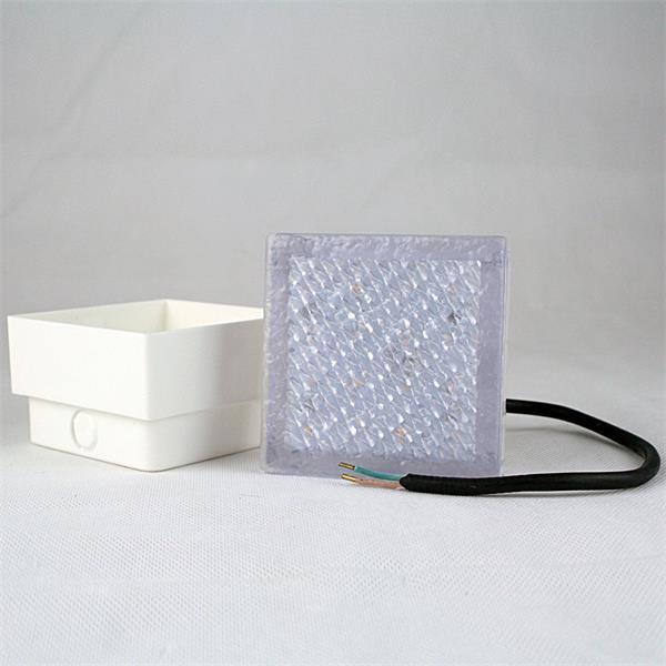 LED Pflasterleuchte mit dem Maß 100x100x68mm (LxBxT) inklusive Bodeneinbauhülse