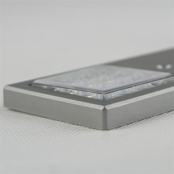 LED Aufbauleuchte mit silberfarbigen Kunststoffgehäuse