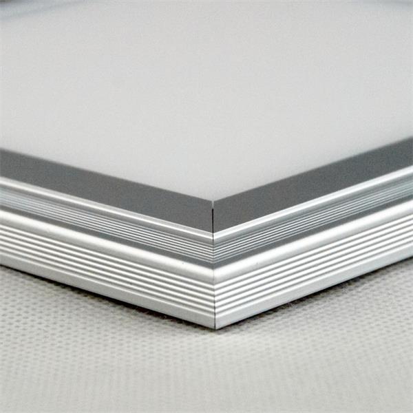 LED Flächenleuchte aus Aluminium mit satinierter Leuchtfläche