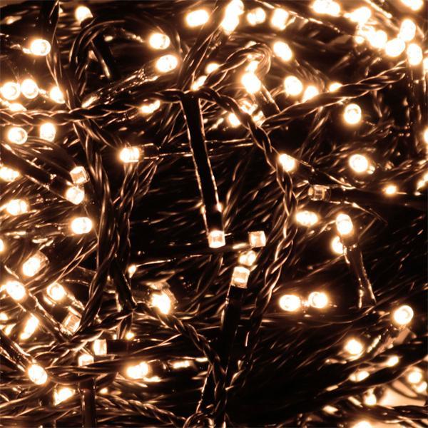 Warmweiß-leuchtende Außen-Lichterkette