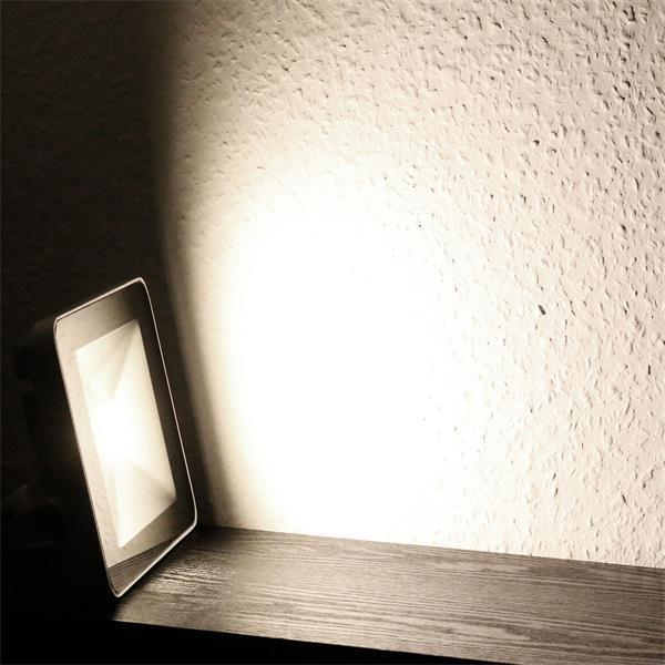 LED Flutlicht mit elegantem SlimLine Gehäuse - superflacher und stylischer Strahler