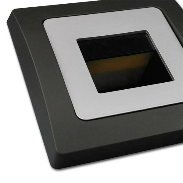 Unterputmontage, wahlweise mit silbernen oder schwarzen Rahmen