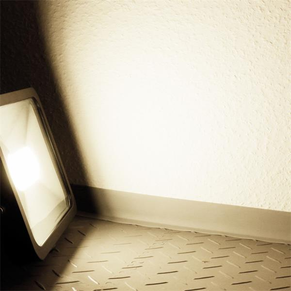 LED Außenstrahler Slim mit unglaublichen 3800lm Lichtstrom und der Leuchtfarbe daylight