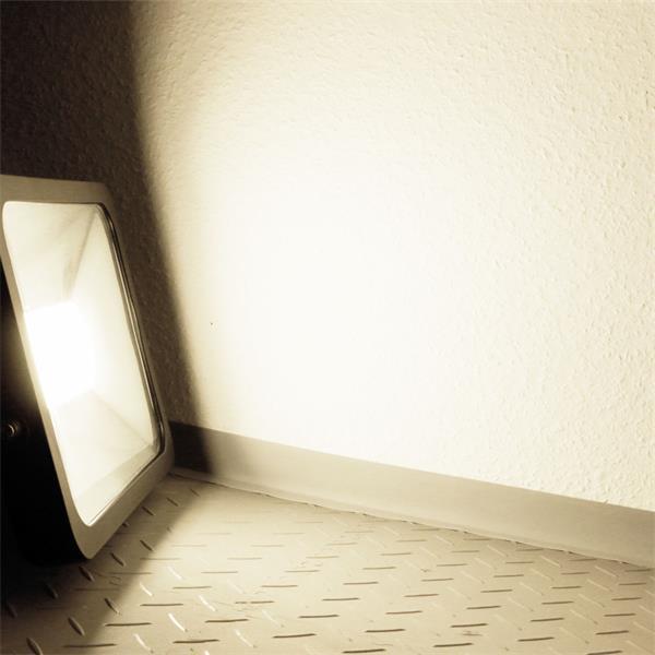 LED Außenstrahler Slim mit unfassbaren 5500lm Lichtstrom und der Leuchtfarbe daylight