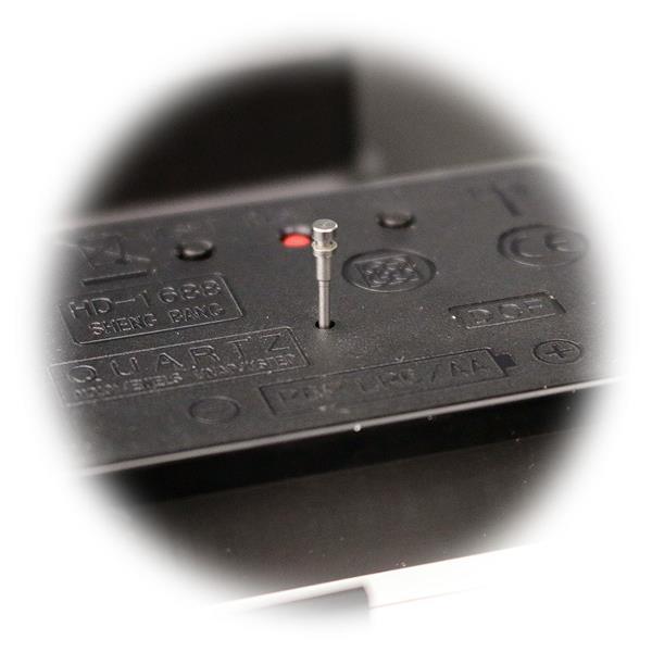manuelle Zeiteinstellung mittels einer Taste auf dem Uhrwerk