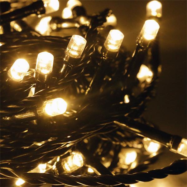 warm weißer Lichtschein lässt Bäume, Büsche oder Hausfassaden erstrahlen