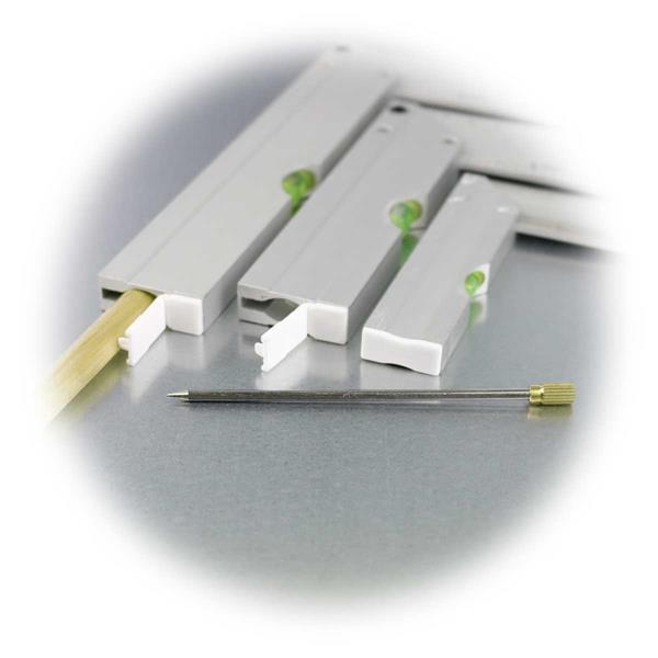 zwei Winkel mit Kunststoffklappen als Verschluss