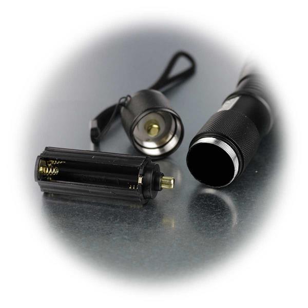 LED Taschenlampe wird mit 3x AAA Batterien betrieben