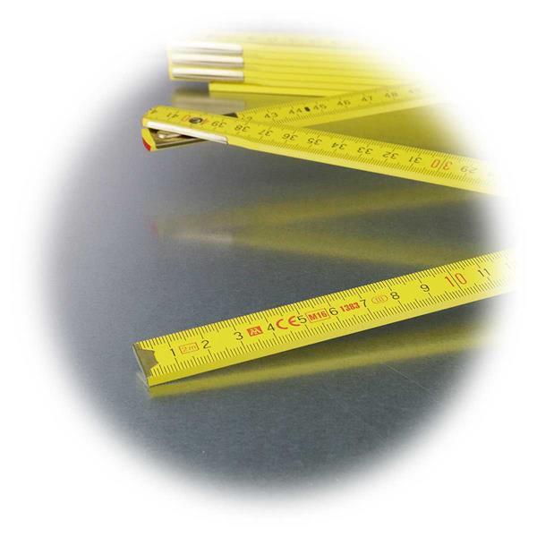 Zollstock mit schwarzer Maßeinteilung auf gelben Untergrund