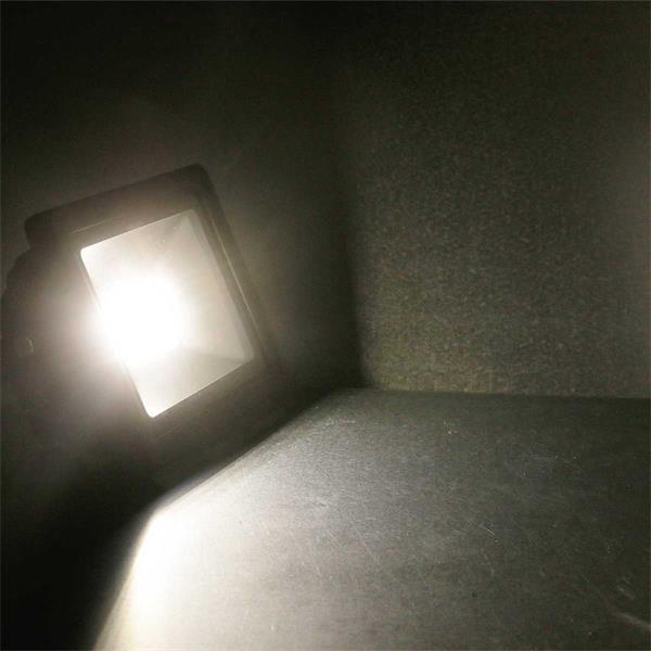 LED Fluter mit breitstrahlendem Licht von bis zu 100°