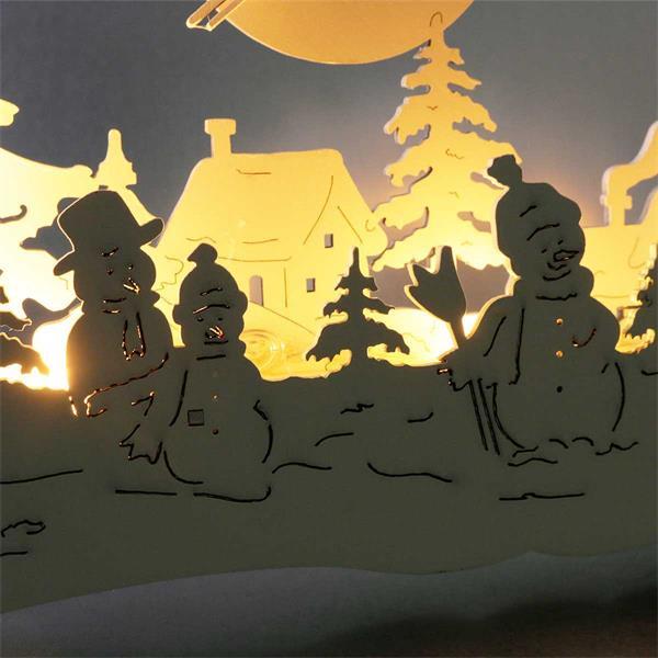 Beleuchteter Fensterbogen mit Schneemann-Motiven
